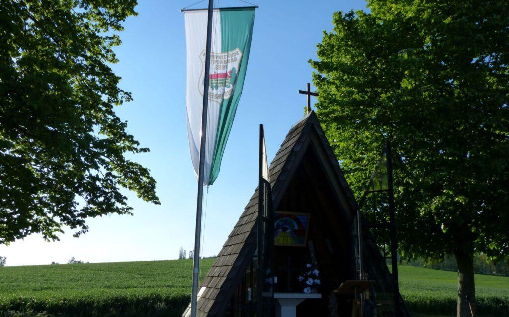 Kapelle mit Fahnenmast
